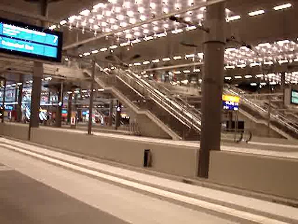 berlin hauptbahnhof tief mit einfahrtsansage eines intercity. Black Bedroom Furniture Sets. Home Design Ideas