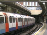 Piccadilly Line - Zug nach Heathrow f�hrt aus Osterley aus. 10.4.2012