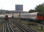 London Tube, Ealing Common - reger Zugverkehr am 10.4.2012