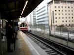 Einfahrt eines Zuges der Midosuji Linie (U-Bahn Osaka) von Senri-Chuo nach Nakamozu in Esaka. September 2013