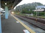 JR EMU Series 105 fährt als Nahverkehrszug aus Richtung Asso in Shirahama ein. September 2013