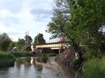 Da bei Tršnice die Brücke über die Ohre ausgetauscht wird fehlt dort die Oberleitung. Die Züge werden von Cheb bis Kynšperk n.Ohří und zurück mit 714 oder 742 geschoben. Hier der R 606 Salubia vorn mit 362 079- ...