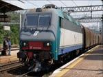 E 405.022 und Güterzug am 26. Mai 2016 bei der Fahrt durch Montfalcone mit Zugtrennung durch Riss des Kuppeleisens.