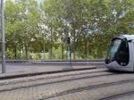 Montpellier. Ein Universalersatztriebwagen für alle Linien vom Typ Alstom Citadis 402 in schwarzer Ausführung fährt hier auf der Linie 3. Für eine bestimmte Zeit ist er weiss mit Aufschriften die jeder hier entdecken kann. 17.09.2016