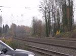 Eine 186-Doppeltraktion in Form von 186 220 und 186 222, alias 2828 und 2830, zieht einen langen Kohlenzug Richtung Aachen-West, wo sie Kopf machen, und dann weiter nach Belgien fahren werden. Die Aufnahme entstand am 26/11/2016 in Eschweiler.