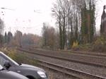 Recht zügig zieht 152 153-3 einen LKW-Zug durch das kurvige Gleisvorfeld des Eschweiler Bahnhofs gen Aachen-West. Die Aufnahme entstand am 26/11/2016.