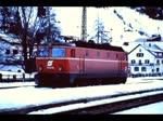 ÖBB 1044 mit Schnellzügen in St. Anton am Arlberg im Winter mitte der 1970er Jahre.