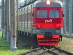 Einfahrt von ЭР2T (ER2T) 7161 auf Gleis 3 in den Bahnhof Царское Село (Zarskoje Selo), bei St. Petersburg, 19.8.17, über den Bahnübergang, wo geschlossene Schrank ...