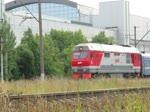 Durchfahrt eines Schnellzuges, gezogen von einer Diesellok des Typs ТЭП70 (TEP70) mit der Nr. 15052004, durch die Station Kupchino bei St. Petersburg, 10.9.2017