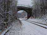 Am 04.02.18 brachte die G2000 (272 407) einen Zug mit Abraum von Stuttgart bis Hof Hbf. CTHS 232 002-8 hat ab Hof Hbf bis Gera Hbf übernommen. Hier ist der Zug im verschneiten Hohenleuben zu sehen.
