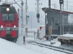 Es dürfen wieder Güterwagen gezählt werden :-)  Doppellok 2ES4K / 2ЭС4К 082 zieht einen sehr langen Güterzug durch den verschneiten Bahnhof von Kolpino in Richtung Sankt Petersburg, 18.2.18
