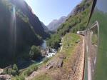 Aufnahme von einer Reise mit dem Flåmsbana in Norwegen. Die Flåmsbana gehört zu den steilsten normalspurigen Adhäsions-Eisenbahnen der Welt.  Die Bahnstrecke ist 20,2 Kilometer lang und überwindet dabei einen Höhenunters ...