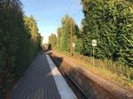 IC 4 DSB 2017 fährt den Bahnhof in Kliplev (deutsch Klipleff) ein. Die dänischen Elektrotriebzüge wird im Volksmund »Mitesser« genannt, weil sie hellen den Seiten  sind, vorne aber schwarz. Aufnahme: 5. August 2018.