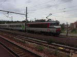 Hier können wir die Ausfahrt eines Intercitys aus dem Bahnhof Lisieux in Richtung Caen fährt erkennen.