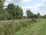 In Lummen kreuzt Triebzug 312 der SNCB/NMBS einen schweren Güterzug, gezogen von 186 225 alias 2833 und 186 231 alias 2839 von Lineas.